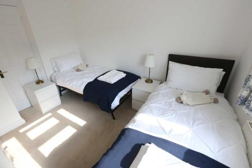 A bed or beds in a room at 4a Dolphin Close