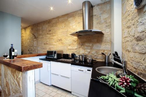 Cuisine ou kitchenette dans l'établissement In Sarlat Luxury Rentals, Medieval Center - Maison Fénelon
