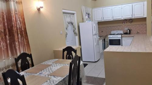 A kitchen or kitchenette at Green-Leaf Apartments