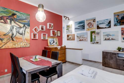A restaurant or other place to eat at GuestHero - Apartment - Precotto M1