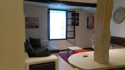 Ein Sitzbereich in der Unterkunft APPARTEMENT typique de BARGEMON
