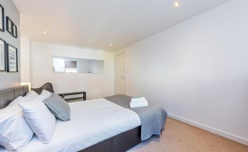 Rúm í herbergi á Camden Town, Regents Park Apartment by City Stay London