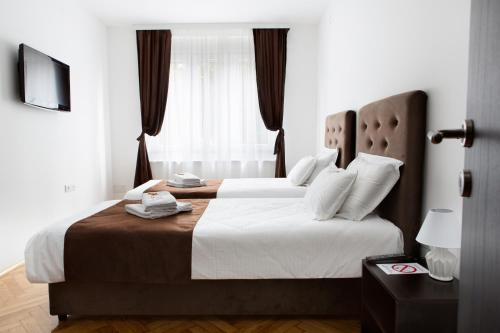 A bed or beds in a room at Apartman Onix Lux
