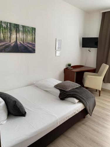 A bed or beds in a room at Hotel zum Adler