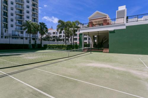 Tennis and/or squash facilities at Mantra Coolangatta Beach or nearby