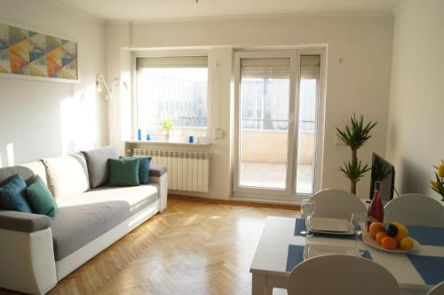A seating area at Smolna by Rental Apartments