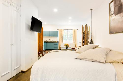 A bed or beds in a room at Deco Housing Luxury Rentals Roma Norte