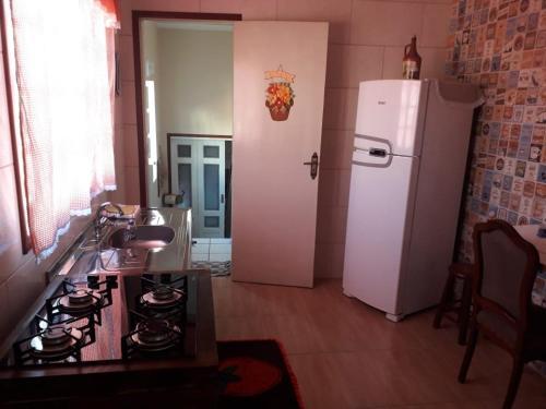 Una cocina o zona de cocina en Apto. casal com uma criança