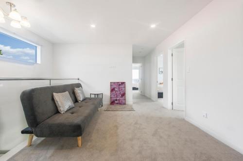 Uma área de estar em Brand New 5BR Villa near ShoppingMall
