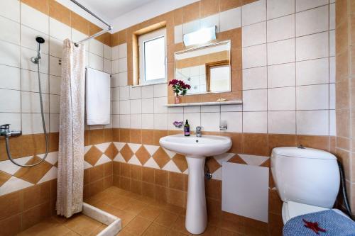 A bathroom at Panos Beach Hotel
