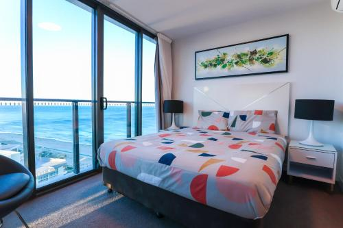 A bed or beds in a room at Ocean Views Apt w Parking by Hostrelax GCRDW0P2