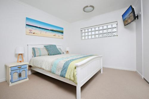 A bed or beds in a room at Kings Edge Unit 1, 34 Esplanade (Princess Lane)