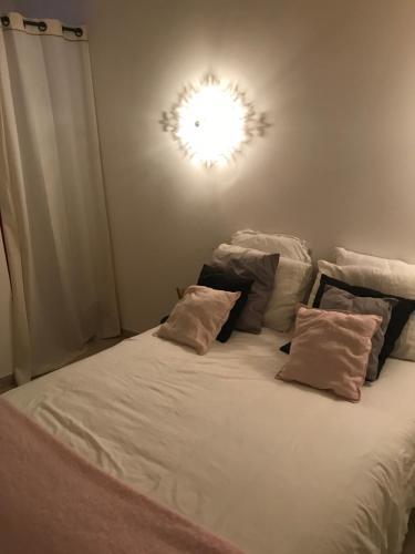 מיטה או מיטות בחדר ב-mon appart