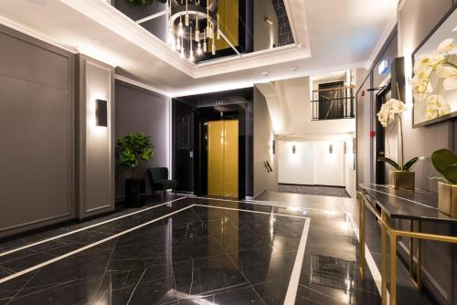 The lobby or reception area at Hilltop Apartments - City Centre