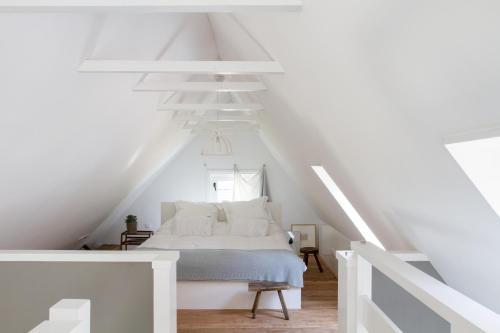 Een bed of bedden in een kamer bij De Rheezer Kamer