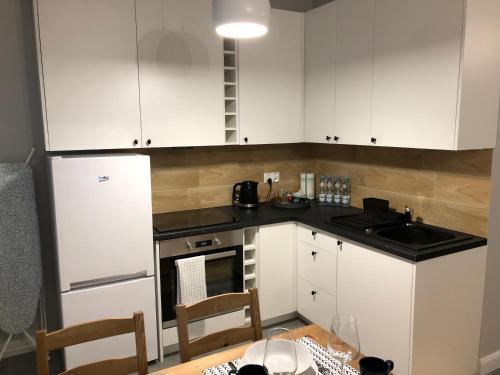 A kitchen or kitchenette at Cichy Apartament w Centrum