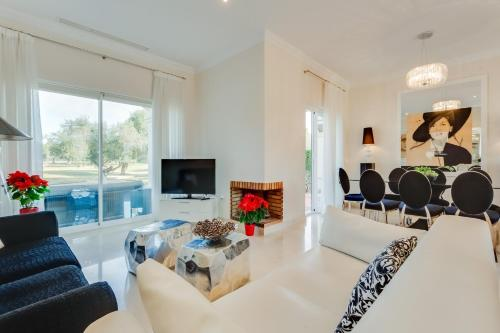 A seating area at Arcos Gardens Sol Rent Golf