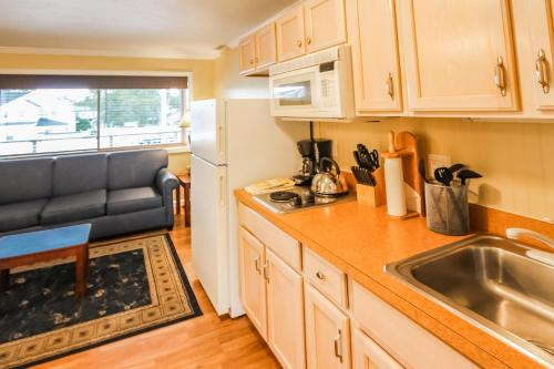 A kitchen or kitchenette at InnSeason Resorts Captain's Quarters