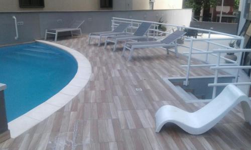 Bazén v ubytování Flat Atlântico Mobiliados nebo v jeho okolí