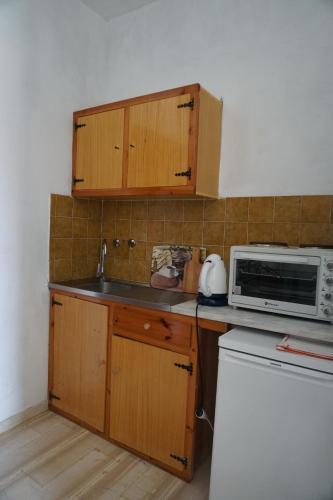 A kitchen or kitchenette at Arillas Studios