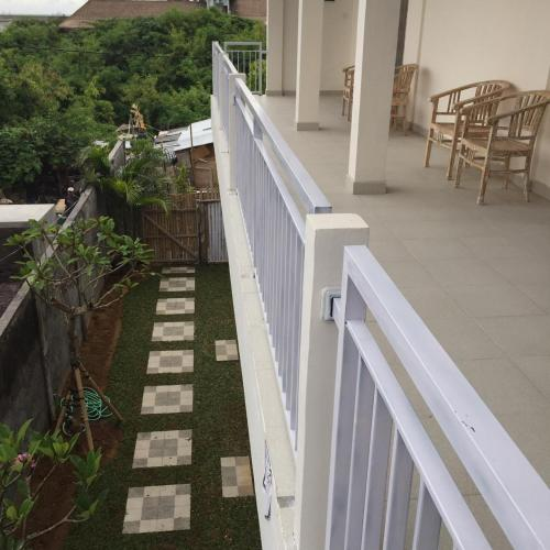A balcony or terrace at Laksmi Guest House