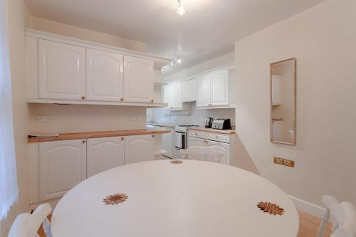 Cuisine ou kitchenette dans l'établissement Charming 1BD w/ Lofty Ceilings & Large Garden