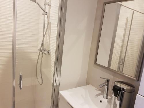 A bathroom at LE RELAIS D'ANJOU