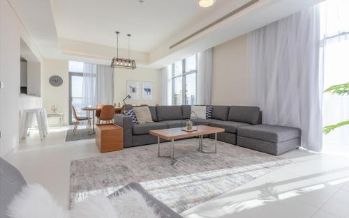 A seating area at FAM Living - Mada Residences Downtown Dubai