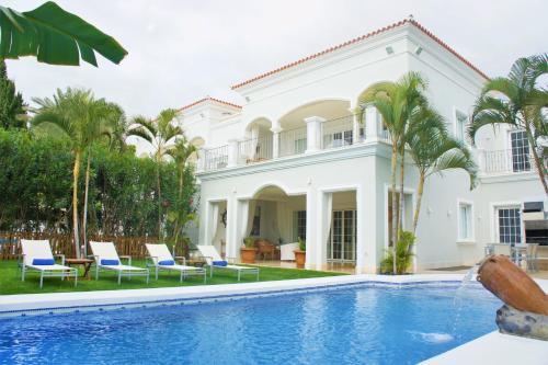 The swimming pool at or close to Villa Esplendida