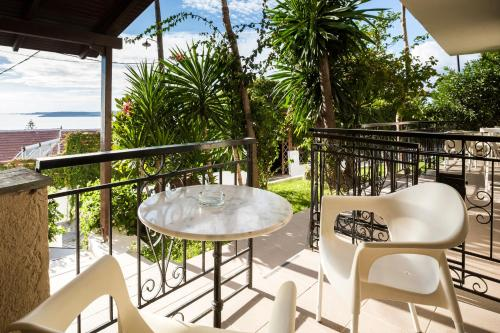 A balcony or terrace at Irilena Studios and Apartments