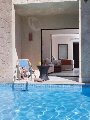 المسبح في Coral Sea Aqua Club Resort أو بالجوار