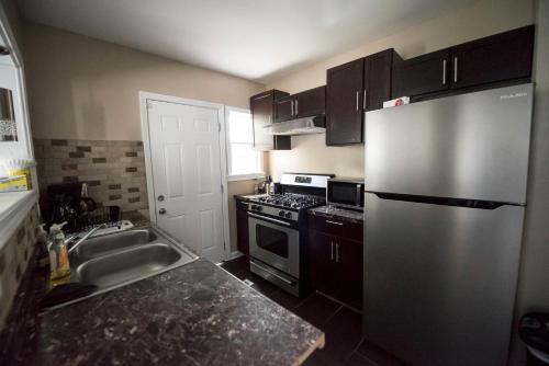 A kitchen or kitchenette at Home mins from city and airport APT A