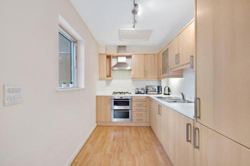 A kitchen or kitchenette at Valentis Contractor Apartments Harlow / Stansted Airport