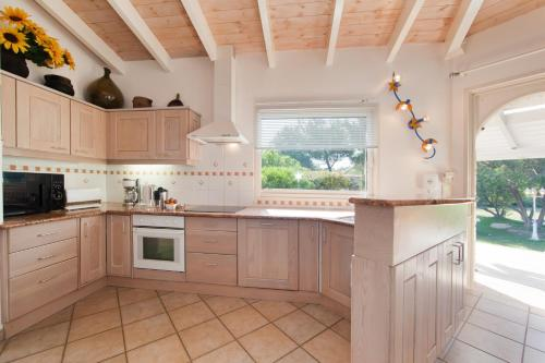 Cuisine ou kitchenette dans l'établissement Villa Le Lagon - Vision Luxe
