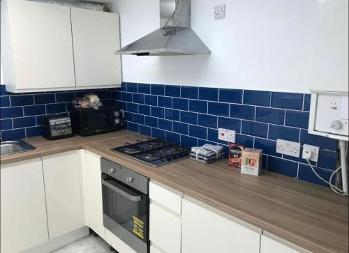 A kitchen or kitchenette at 33A Sunderland Road