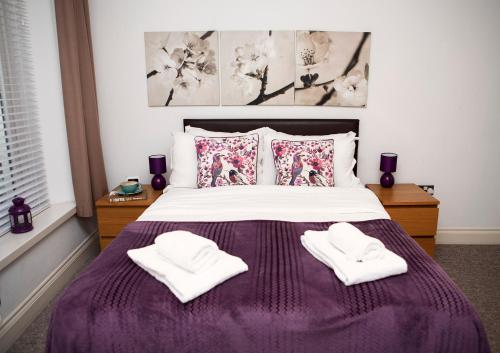 A bed or beds in a room at Apt 1, Trafalgar Square (1st Floor)
