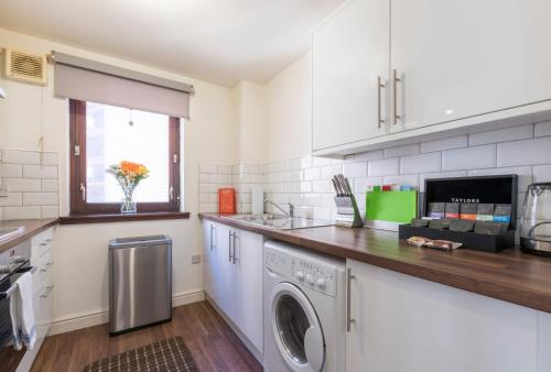 A kitchen or kitchenette at Parsonage Square Apartments