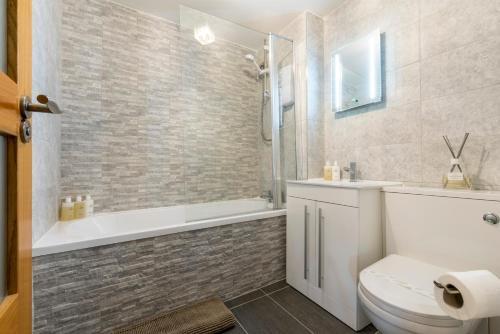 A bathroom at Parsonage Square Apartments