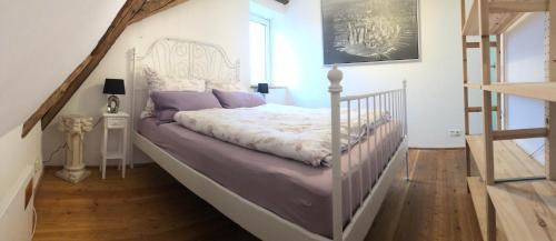 A bed or beds in a room at Ferienwohnung am Schlössle
