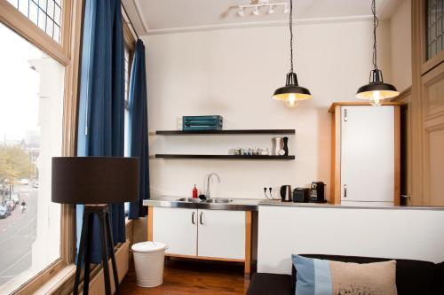 A kitchen or kitchenette at MyCityLofts - Blue