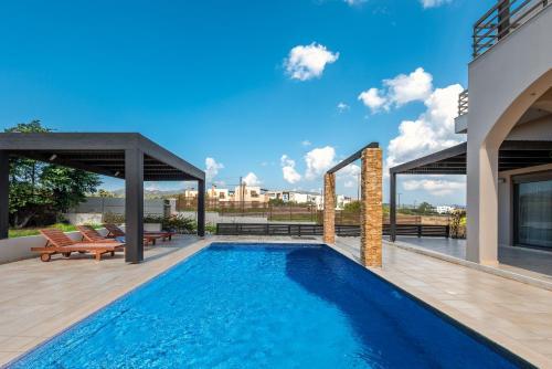 בריכת השחייה שנמצאת ב-Blue Wave Villas או באזור