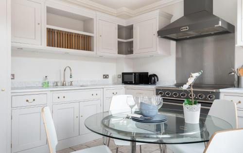 A kitchen or kitchenette at The Beaumont Escape - Charming 4BDR