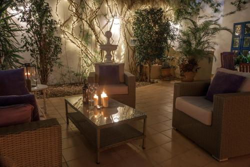 A seating area at Fantastic Townhouse on the beach