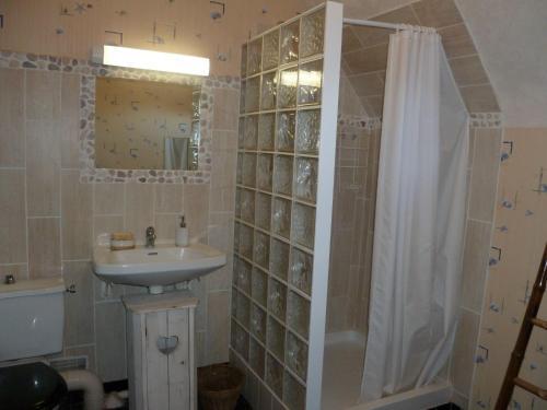 A bathroom at Maison de vacances - FONTENAY-SUR-EURE