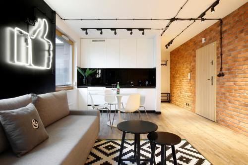 A seating area at Bed&Bath Boulevard Apartments