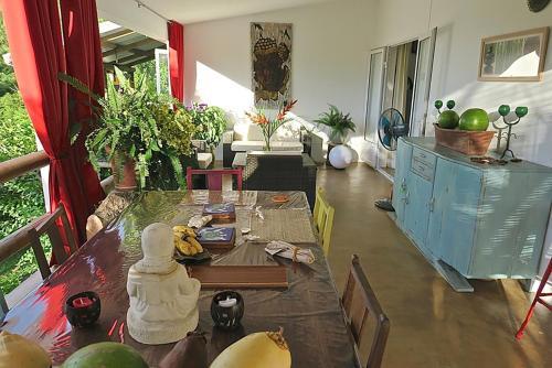 A restaurant or other place to eat at Villa de la Vallée