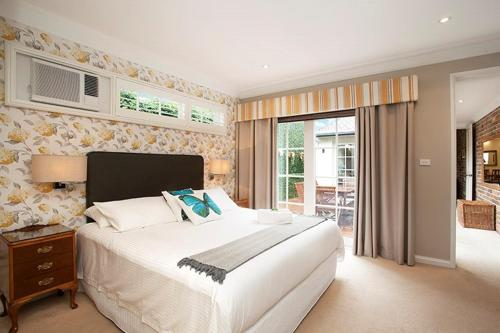 A bed or beds in a room at A Large Three Bedroom 2 Storey Luxury Holiday Home in Crows Nest - CN099