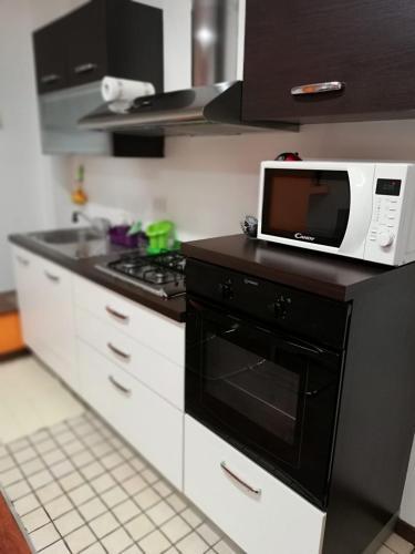 A kitchen or kitchenette at grazioso monolocale