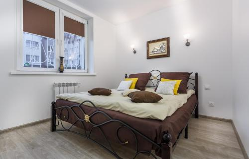 A bed or beds in a room at Apartment TwoPillows on Gorkogo