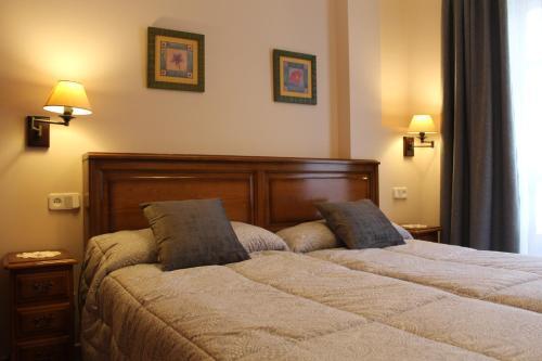 A bed or beds in a room at Apartamentos La Lula